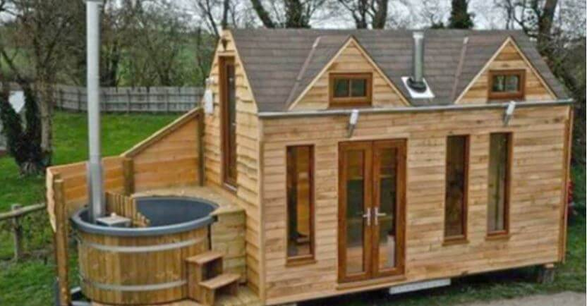 Good view of the enclosed hot tub, no mains electricity required